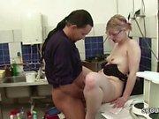 Kleine Jungfrau bekommt ihren ersten Fick vom Chef beim Job
