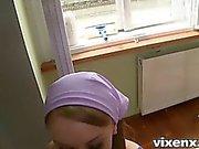Hot russische Teen Putzfrau hat tolle Brillenkamera geblasen