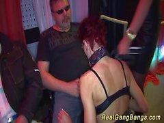 Skinny MILF in der realen gangabang Orgie