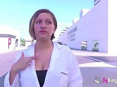 Sjuksköterska får sin dagliga dos DICK efter att ha lämnat sjukhuset