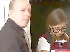 Brunette skolflickor är i förvar och slår en annan elev när läraren är borta