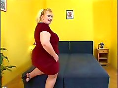 Bbw blonde met grote kont strips en masturbeert