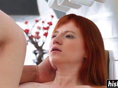Redhead Mädchen bekommt ihren engen Arsch schlug
