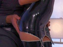 Warm Mütter Jessica Drake in der schwarzen Latex Ausrüstung
