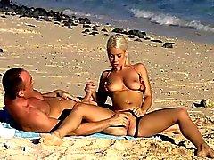 Handarbeit am Strand