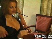 Сексуальная шлюха в ажурных чулках дразнит во время курения