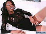 Ebony transexual Brooke Morgan haciéndose una paja su polla grande y negro