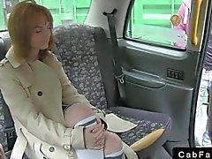 Natural грудастой и волосатые любительский трахает таксиста