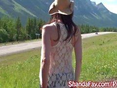 O milf canadense Kinky Shanda Fay funde o caminhante de engate exterior!