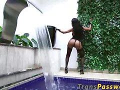 Brasilianska med transpersoner med a stor häck pumpas hårt av pool