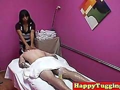 Bigtitted Aasialaiset masseuse hinaajien sekä deepthroats