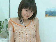 Tatlı gençler Asian Aliona için küvete tek oynamaktadır