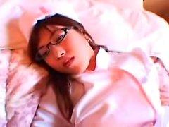 Sensual oriental enfermeira com óculos flaunts seu corpo e fu