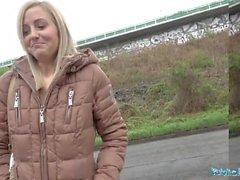 Public Agent Blonde läuft von der Polizei nach dem Ficken im Freien