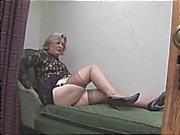 Peituda avó em meias mostra cameltoe gordo e peludo bichano