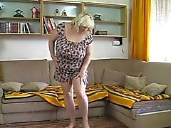 Knubbiga blonda mogna remsor och masturbes med dildo