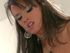 Jolie salope Jennifer Dark donne blowly tout en regardant les yeux de mec