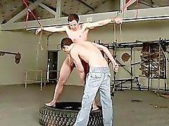Homosexuell Twink mpegs Die Prügel sich unbeholfen den Knaben unvorbereitet , und die dem Ball