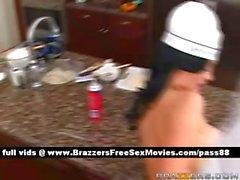 Adorabile del naked brunetta nella sua cucina ottiene un pompino