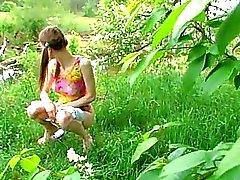 Huuuuge grönsak i tjej fitta utomhus