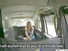 Gros amateur du nichons farcies par le chauffeur de détraqué sur le siège arrière