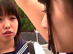 Écolières japonaises à trois voies baiser avec gars chez salle de repos