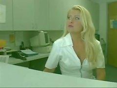 sexy Krankenschwester macht diese Transe hungrig
