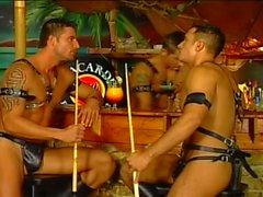 Warm Homosexuell Flotter Dreier zwischen von drei bemuskelt Kerlen