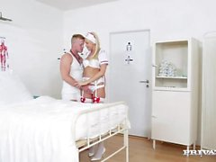 Nurse Karol Lilien kohtelee potilaalle juhlatervehdyksessään lämpimät pillua
