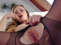 Сексуальное блондинка в черные Колготки любит на диване