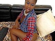 Ebony Jessy пытается скрыть свои большие сиськи и киску udner рубашки