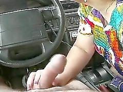 Ciccione masturb maturo in una R20 per auto