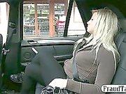 Любители блондин киски пузырей в такси , когда водитель fingerfucks ей