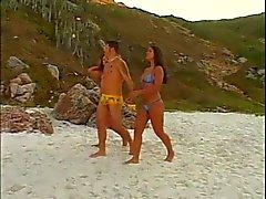 Duas meninas latina bissexuais quentes comer buceta e fodido por big dick