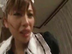Sultry Oriental maid s'engage dans l'action sexuelle intense avec elle