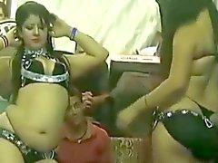 prostituées sexy dansant dans un désherbage