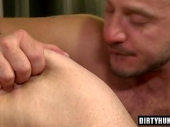 Muskelbein Analsex mit Cumshot