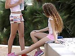 Lesbian sex les deux étudiantes très serré intimiste à l'extérieur