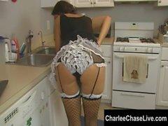Disciple de ménage de Tampa du MILF Charlee Chase plaisirs une grosse bite !