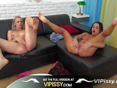 VIPissy - Fun pissing Lesben tummeln sich in ihren goldenen Saft
