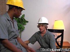 Schwarzer Arbeiter bekommt Gesichtsbehandlung