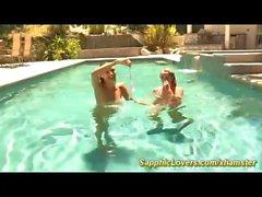 hot lesbische Küsse am Pool