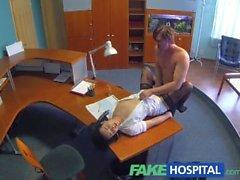 El hombre de negocios FakeHospital se deja seducir por enfermera sexy en medias