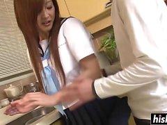Zu Ishikawa saugt Schwanz in der Küche