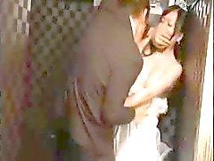 A menina asiática peituda fica com ele em seu ex em sua cerimônia de casamento