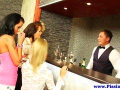 Partying gepisst babes Orgie mit Barkeeper