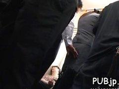 Sexy belle bombasse exploitée en public