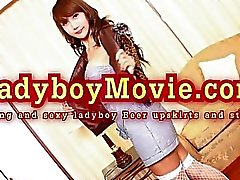 Thai Ladyboy Bira Upskirts And Çubuğu Strip