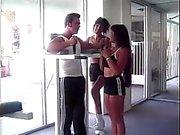 Chica los dedos lesbiana ass de una amiga mientras que ella Juegos mecánicos en dick grande del capacitador