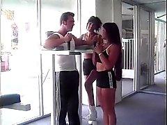 Lésbica garota dedos burro do seu amigo enquanto se monta no o do treinador dick grande